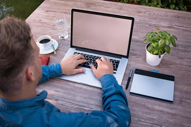 Szövegírás laptopon - webszövegírás, Honlapkovács